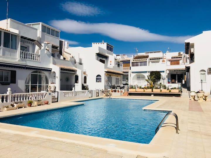 Sunny apt, pool, nr amenities, parking/WiFi #48