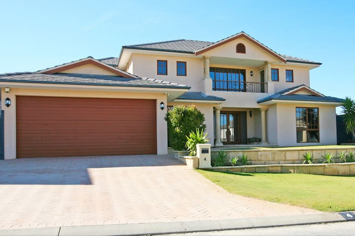 Mindarie Mansion-close to Beach and Marina