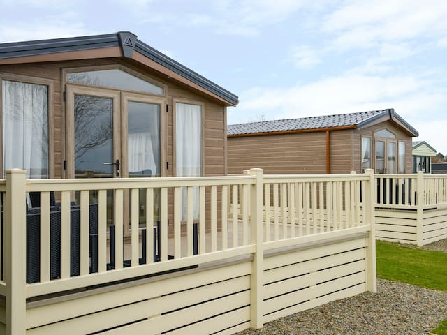 HOLIDAY HOME 4, pet friendly, with pool in Looe, Ref 959796