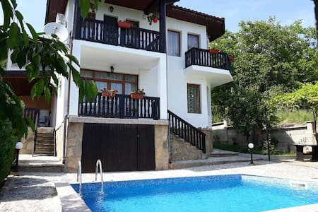 HOLLY - Quiet guest house with seaview and a pool