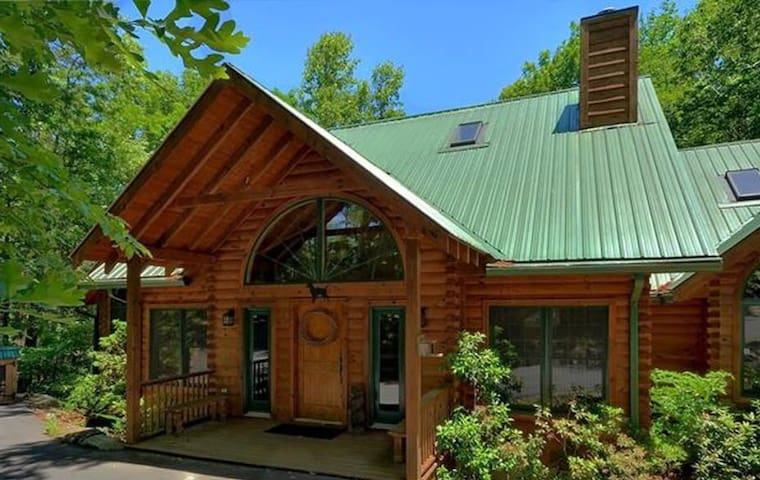 Luxury Log Home-5 BR; Great for several families