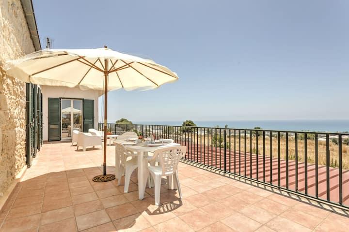 Sea-View Apartment in Marina di Ragusa with Garden