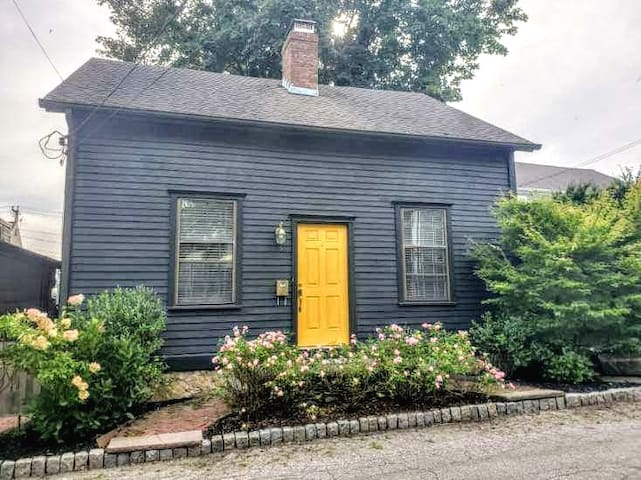 Corkscrew Cottage located in lively Broadway area