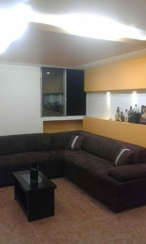 Apartamento remodelado con servicios completos.