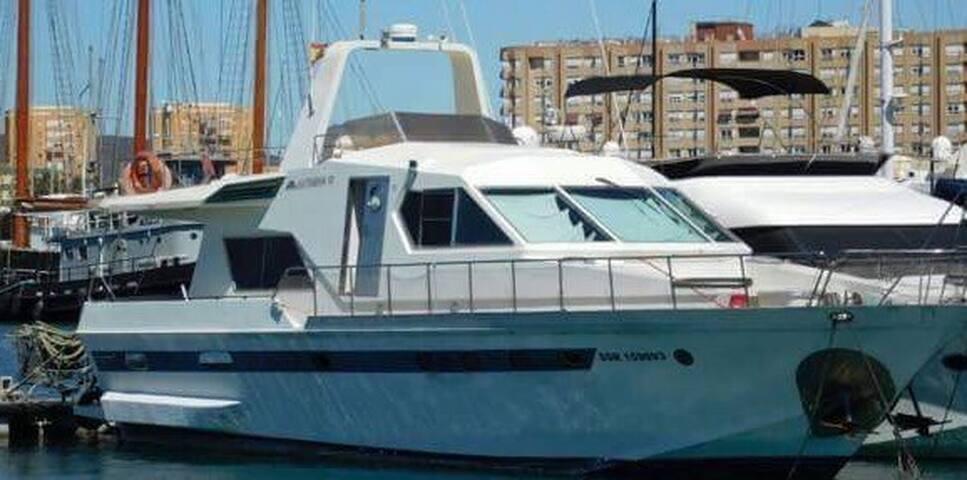 60ft Motor Yacht in Ocean Village - Twin Room 1