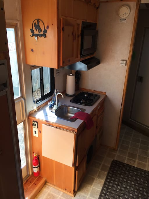 Kitchen sink, stove and microwave oven!