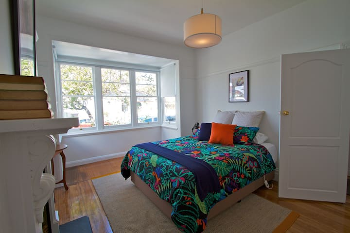 Strahan House - Sleeps 8, Wifi, Perfect location