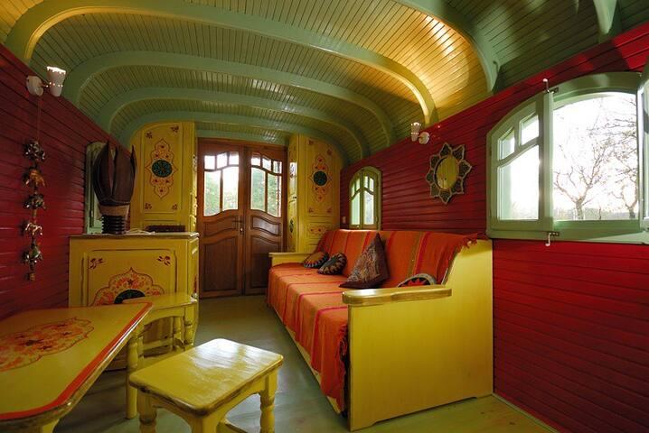 La roulotte jaune des Gîtes de la Bohème - Ginouillac