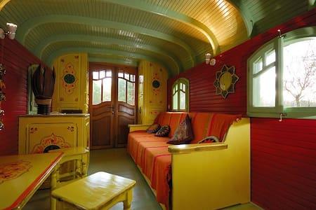 La roulotte jaune des Gîtes de la Bohème - Ginouillac - Annat