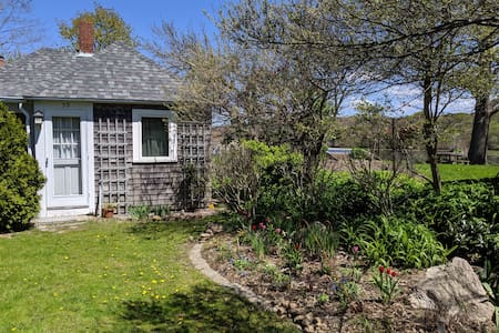 Cozy cottage in Woods Hole Village