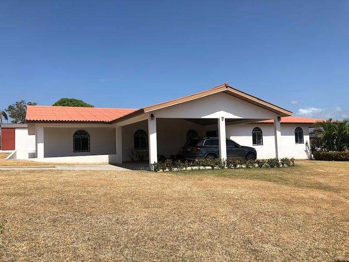 Casa familiar con piscina cerca de Coronado
