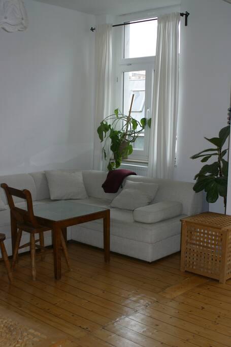 Wohnzimmer mit der sehr gemütlichen Couch