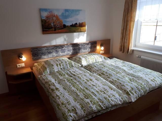 Zimmer 3 mit großem Ehebett und ein Einzelbett
