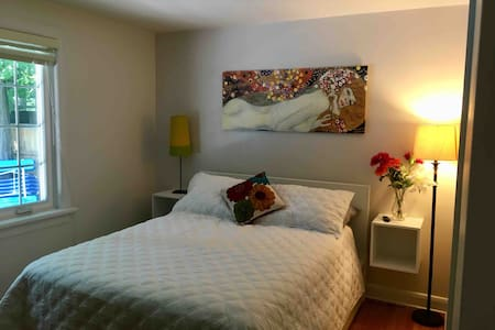 Guest suite 15 mins to airport and downtown