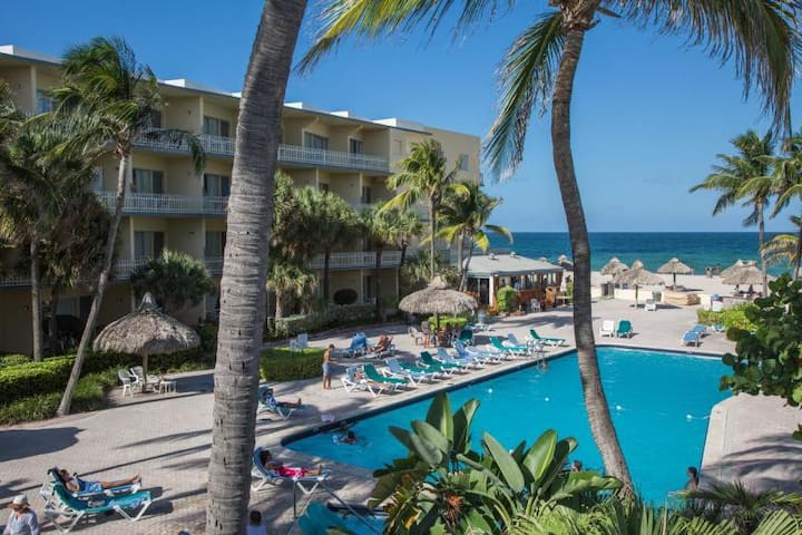 RIGHT ON THE BEACH, COMFY UNIT FOR 4, POOL