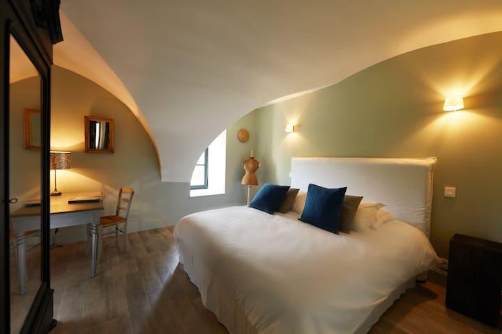 Chambre avec grand lit (180 x 200), coin bureau, armoire, table de chevet, tête de lit