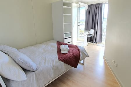 Private modern room - great location in Centre!