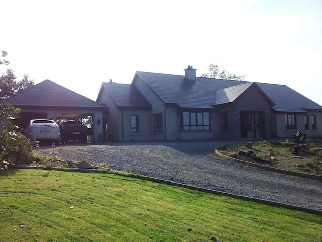Spacious quiet bungalow  Blue Room - Ballyshannon - Bed & Breakfast