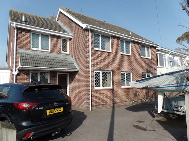 3 double bedrooms near HISC & beach - Hayling Island - House