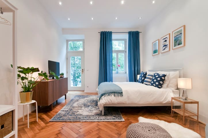 » Lovely & Well-Lit Studio Apartment–City Center «