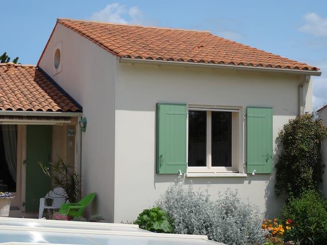 Bel appartement avec chambre mezzanine et piscine - Sainte-Radegonde - Byt