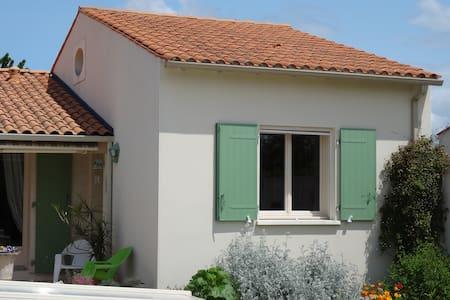 Bel appartement avec chambre mezzanine et piscine - Sainte-Radegonde