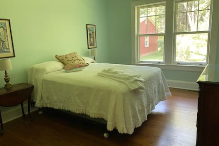 Alamance House, Spacious Queen Bedroom