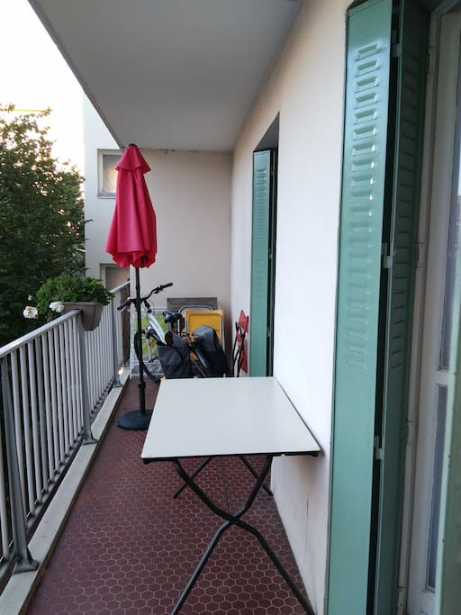 balcon 10 m2 donnant sur cour. Très calme. Barbecue électrique. Exposition sud/ouest.