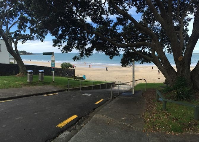 One House Back from Takapuna Beach! - Auckland - Daire