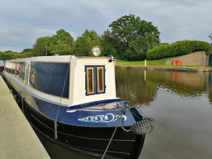Luxury Narrowboat Holiday for 5 people.