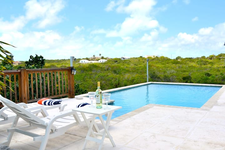 FlameTree Cottage. Ocean view & pool Walk to beach