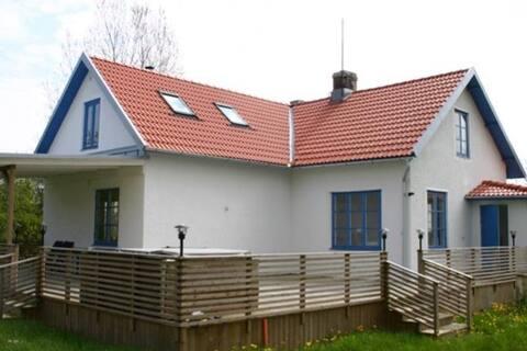 Ljust stort hus ute på landet nära Ljugarn