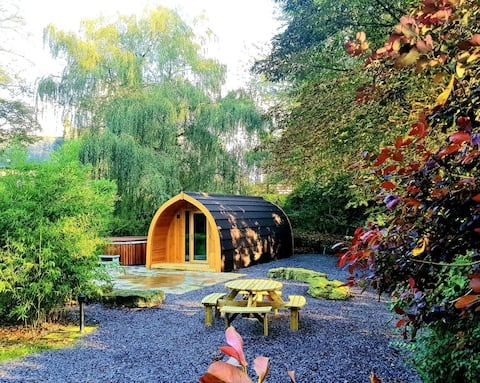 *Charming Garden Pod* Couple/family with Hot tub