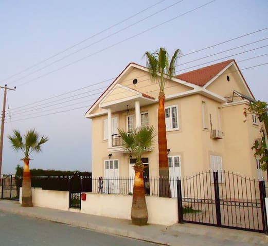 Villa 4 bedrooms , kids corner, fully furnished - Oroklini - Villa
