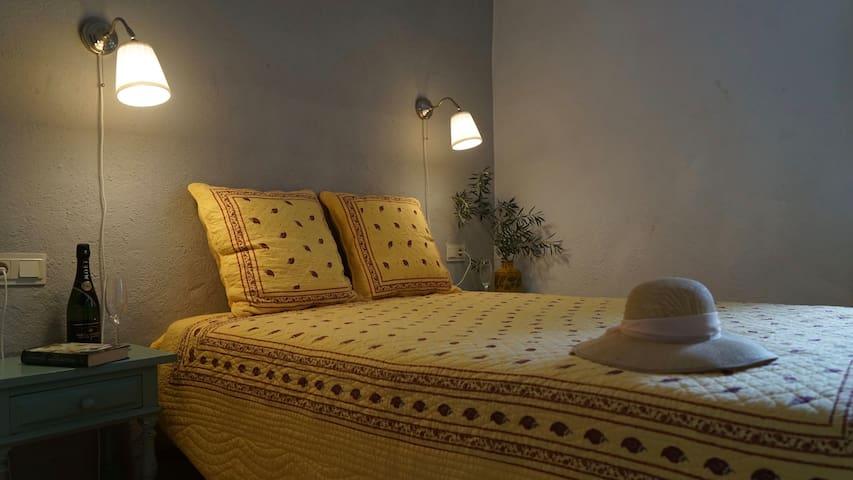 De zonnige slaapkamer met airco voor de warme maanden.