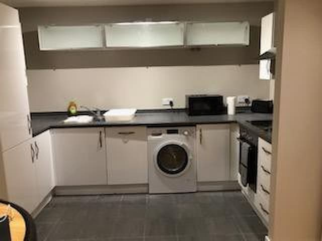 Modern 1 Bed Flat in Outskirts of London near Stn