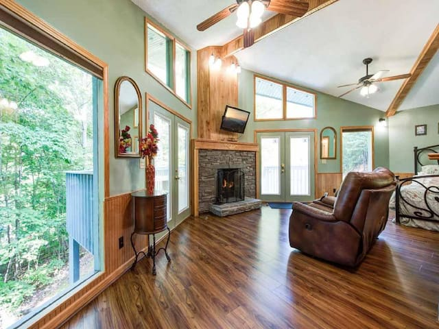 Woodsong, 1 Bedroom, Hot Tub, Wood Fireplace, Pet Friendly,  Sleeps 2 - Cabin