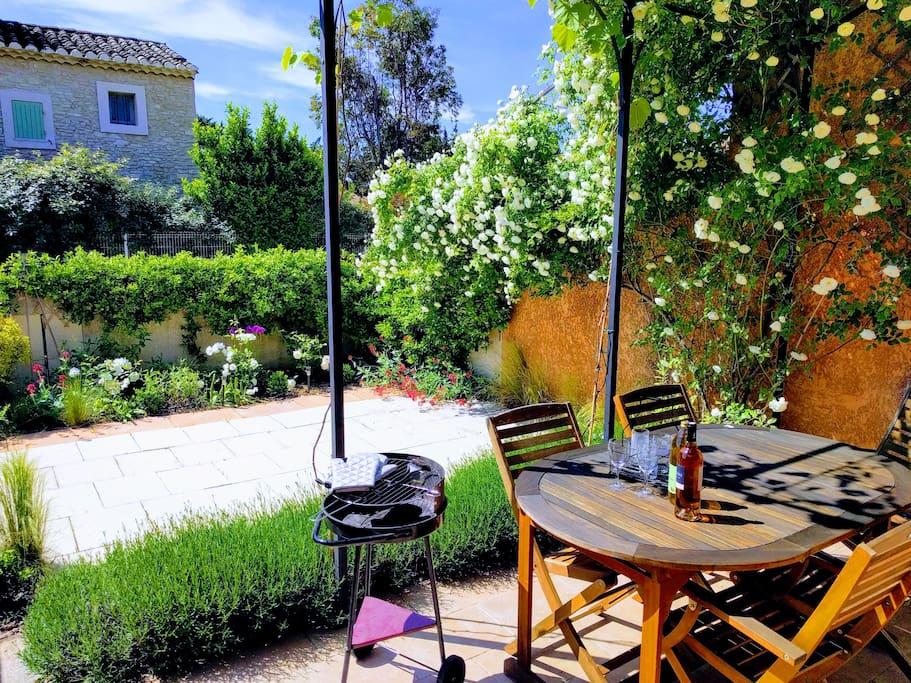 Jardin et terrasse sud, au printemps