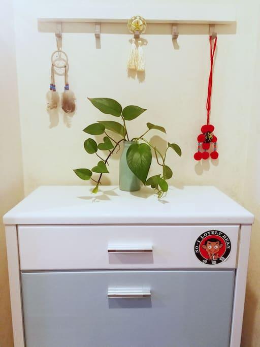 入户门后的鞋柜,鞋柜上有抽屉可放零零碎碎的小东西,鞋柜里放有拖鞋,鞋柜旁备有雨伞。