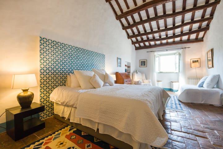 La Pedrera Bedroom- 3 single beds, Aircon and ceiling fan