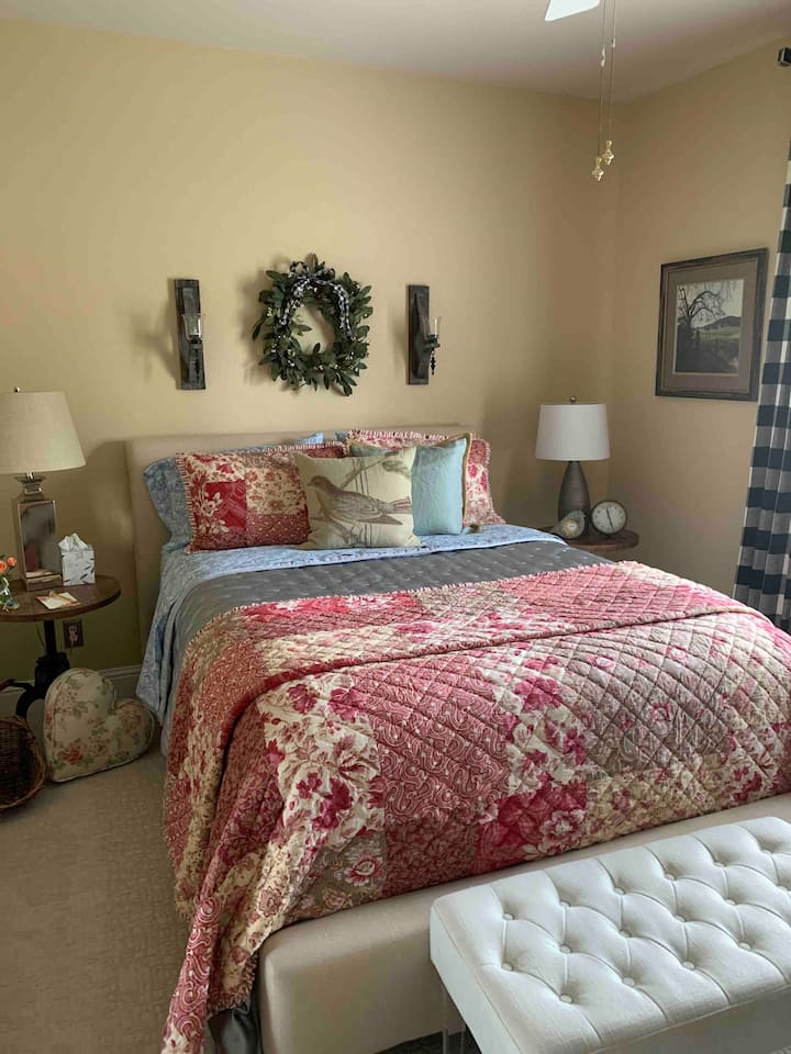 Yahweh House Quaint ~n~Cozy  Queen close to Bethel