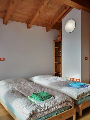 La sala lettura con i due lettini.