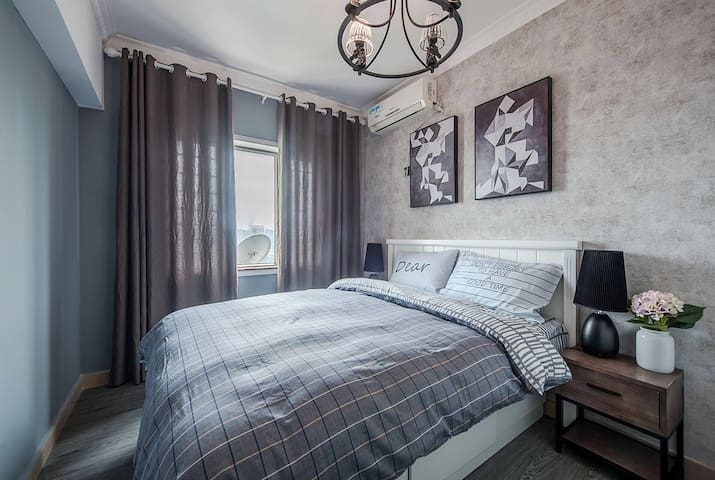 次卧室是1.5双人床,配有大容量的衣柜,如果在这边常住不怕没有地方放衣服哦