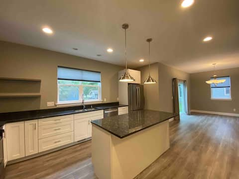 Luxury Modern Home - 12min to DT - Spacious Deck