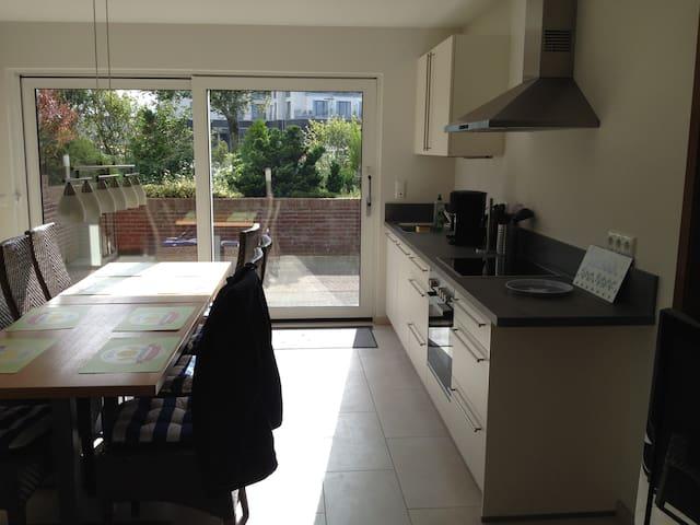 die schöne Küche mit direkten Ausgang zur Terrasse