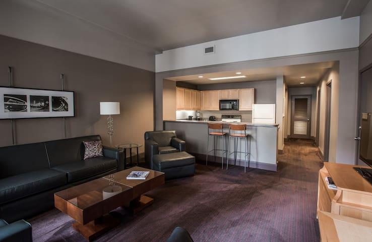 Queen Suite downtown Dallas (02-16)