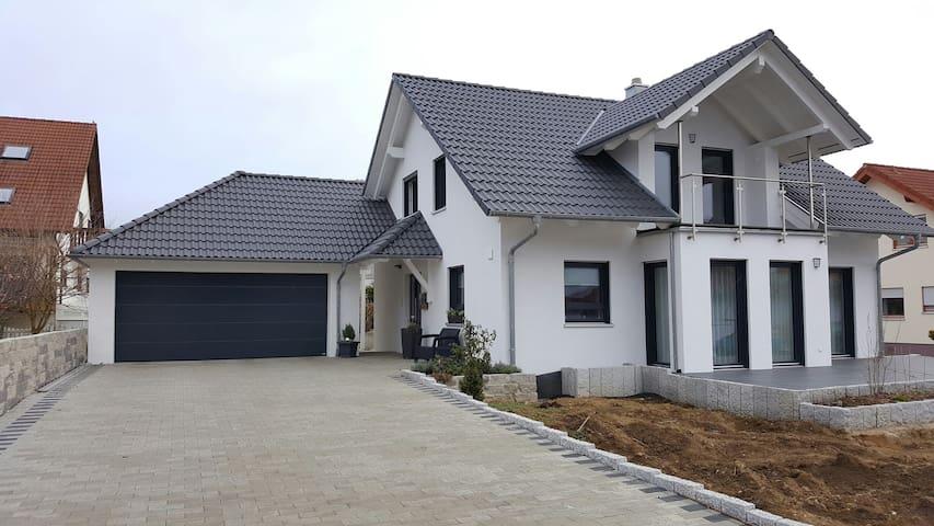 Schönes Zimmer mit Küche und Bad - Eutingen im Gäu - บ้าน