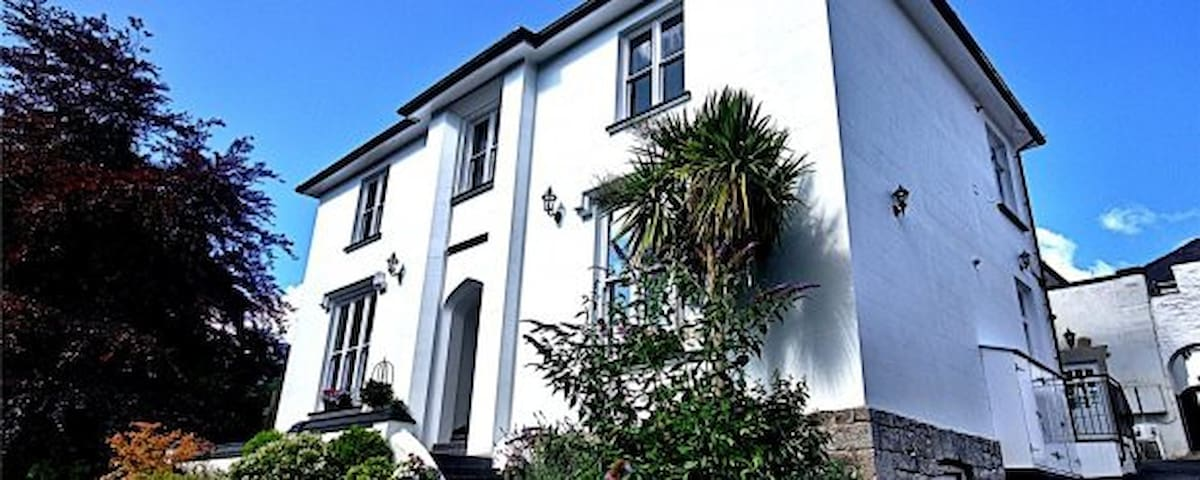 Tucked away in Tenby Apartment with parking space