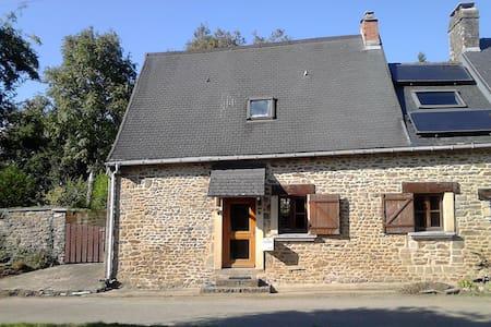 Petite chaumière à la campagne Nord Mayenne - Loupfougères