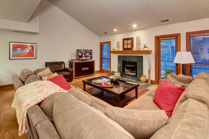 The Silver Cliff - Spacious 2BR, Steps to Skiing